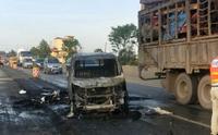 一台皮卡交通事故失火 交警队迅速处理!